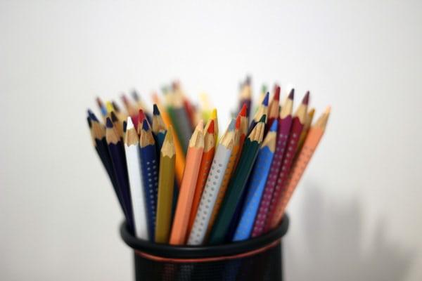Färgpennor i en burk