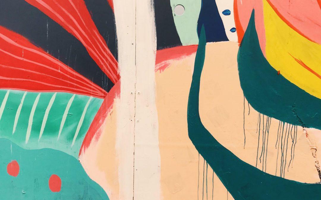 Abstrakt väggkonst i grönt, gult, rosa och rött