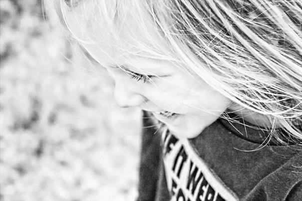 Svartvit bild på ett leende barn